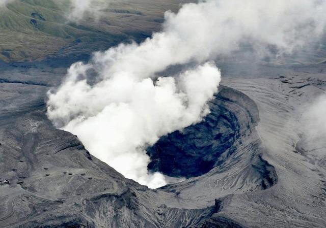 Khói bốc lên từ miệng núi lửa Aso (Ảnh: Reuters)