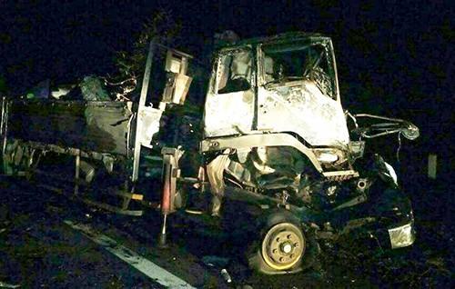 Tai nạn làm ôtô tải và xe đầu kéo hư hỏng. Ảnh: N.X