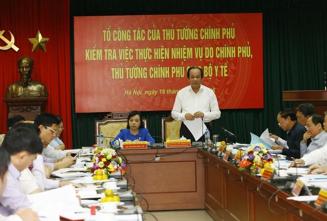 Bộ trưởng, Chủ nhiệm VPCP Mai Tiến Dũng và các thành viên kiểm tra việc thực hiện các nhiệm vụ tại Bộ Y tế (ảnh Như Ý)