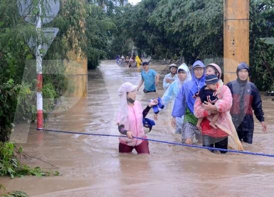 Lực lượng chức năng cứu hộ các cô giáo và học sinh ra ngoài. Ảnh báo Phú Yên