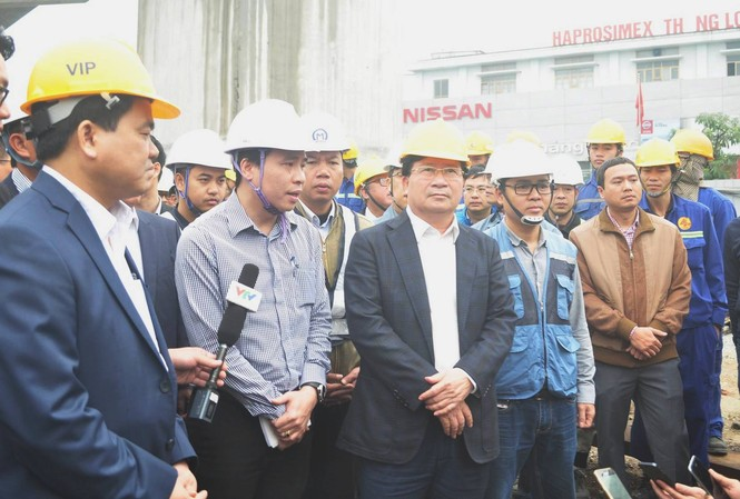 Phó Thủ tướng Trịnh Đình Dũng kiểm tra việc thi công đường sắt đô thị Hà Nội.