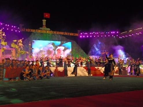 Phần biểu diễn có sự tham gia của gần 300 nghệ sĩ, diễn viên trong lễ khai mạc.