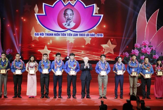Tổng Bí thư Nguyễn Phú Trọng trao Kỷ niệm chương cho 20 đại biểu thanh niên tiên tiến làm theo lời Bác xuất sắc nhất trong giai đoạn 2014 - 2016. Ảnh: Như Ý
