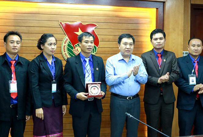 Bí thư thường trực T.Ư Đoàn Nguyễn Mạnh Dũng (thứ 4 từ trái sang) tặng quà lưu niệm cho đoàn học viên lớp ồi dưỡng cán bộ Đoàn Thanh niên NDCM Lào