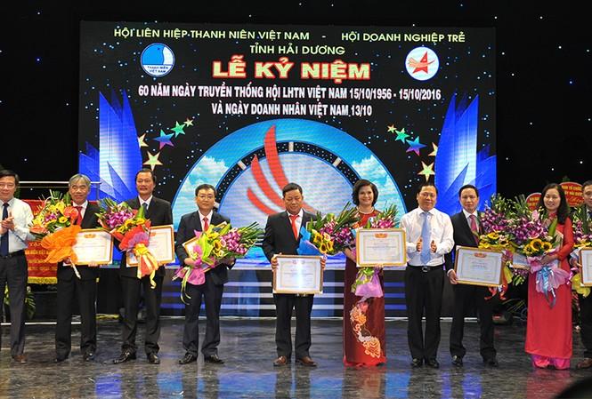 Bí thư T.Ư Đoàn, Chủ tịch T.Ư Hội LHTN Việt Nam Nguyễn Phi Long tặng khen cho 10 doanh nhân trẻ Hải Dương tiêu biểu
