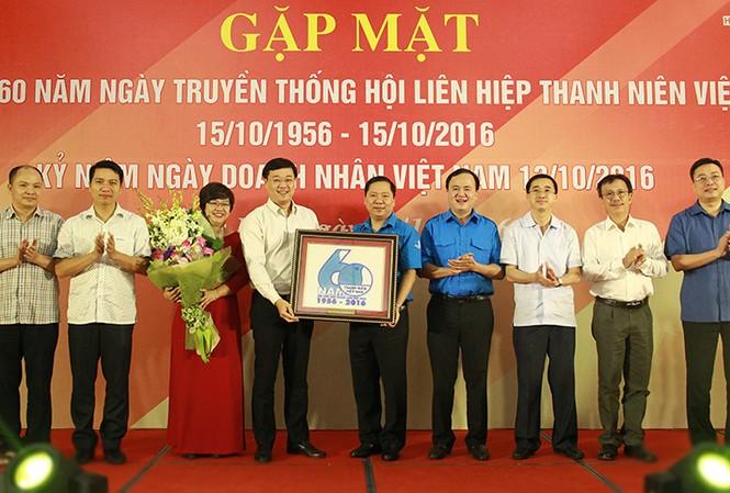 Anh Lê Quốc Phong – Bí thư thứ nhất T.Ư Đoàn tặng hoa và quà chúc mừng Hội LHTN Việt Nam nhân kỷ niệm 60 năm
