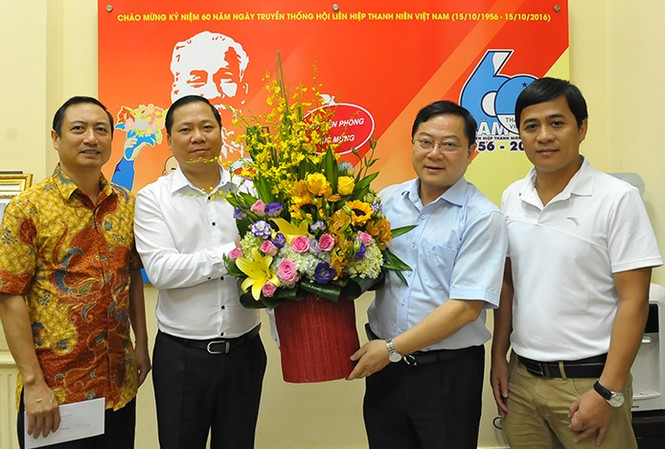 Tổng biên tập Báo Tiền Phong Lê Xuân Sơn tặng hoa chúc mừng 60 năm ngày truyền thống Hội LHTN Việt Nam