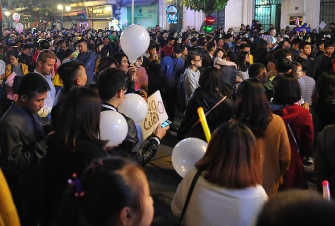 Hà Nội: 'Bóng cười' xuống phố đêm giao thừa