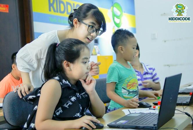 Ngay khi còn là sinh viên, Phương Nga đã thường xuyên tham gia các hoạt động liên quan đến dạy và học IT cho trẻ em như là một trong các thành viên BGK cuộc thi lập trình Toàn quốc dành cho trẻ em. Sau khi hoàn thành chương trình học, Phương Nga cùng nhóm