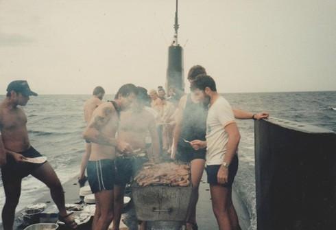 Lính thủy Mỹ mở tiệc nướng trên tàu ngầm - ảnh 13