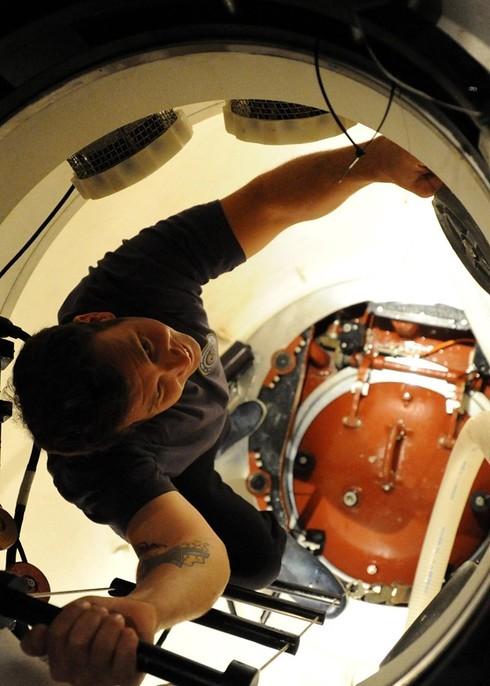 Lính thủy Mỹ mở tiệc nướng trên tàu ngầm - ảnh 2