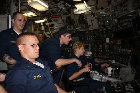 Lính thủy Mỹ mở tiệc nướng trên tàu ngầm - ảnh 6
