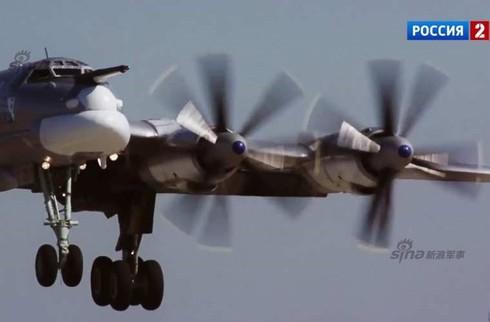 Tận thấy máy bay ném bom Tu-95 Nga tung hoành trên không - ảnh 3