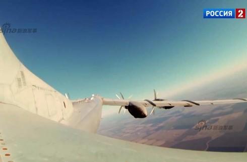 Tận thấy máy bay ném bom Tu-95 Nga tung hoành trên không - ảnh 6