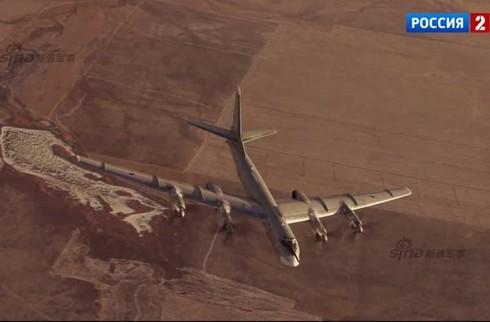 Tận thấy máy bay ném bom Tu-95 Nga tung hoành trên không - ảnh 7