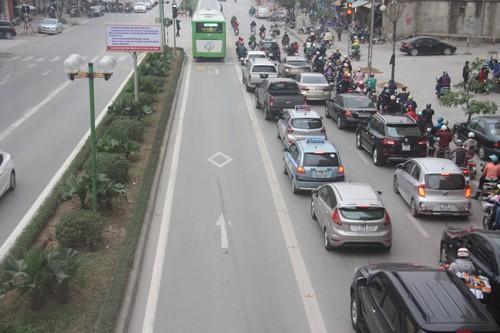 Ôtô xếp hàng dài nhường đường xe buýt nhanh - ảnh 2