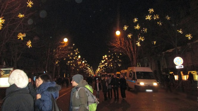 Năm mới, Paris cầu chúc cho trái đất thanh bình - ảnh 1