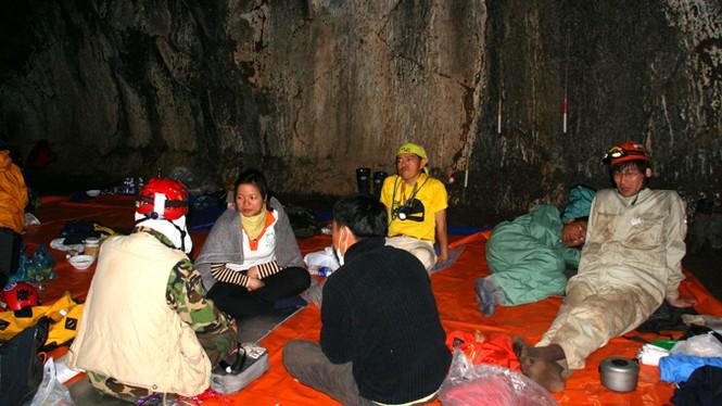 'Độn thổ' vào động núi lửa lớn nhất Đông Nam Á - ảnh 1