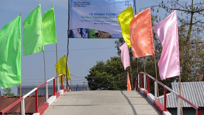 Người dân hồ hởi đón nhận công trình cầu Kênh Xáng 2 do Bayer tài trợ - ảnh 1