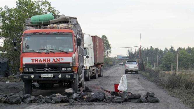 Dân phong tỏa đường vào bãi tập kết than ô nhiễm - ảnh 1