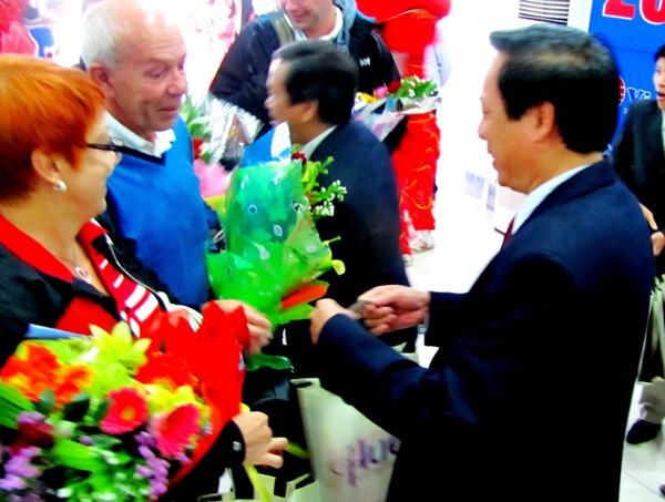Đón đoàn du khách đầu tiên đến Huế ngày đầu năm - ảnh 1