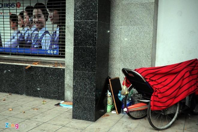Người Sài Gòn mặc áo mưa chống lạnh - ảnh 6