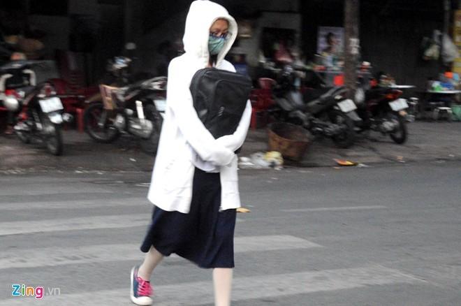 Người Sài Gòn mặc áo mưa chống lạnh - ảnh 7