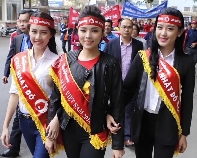 [ẢNH] Hàng nghìn người diễu hành cổ động Chủ Nhật Đỏ - ảnh 2