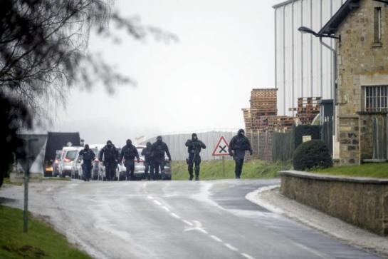 [CẬN CẢNH] Đặc nhiệm Pháp săn lùng kẻ thảm sát tòa báo ở Paris - ảnh 2