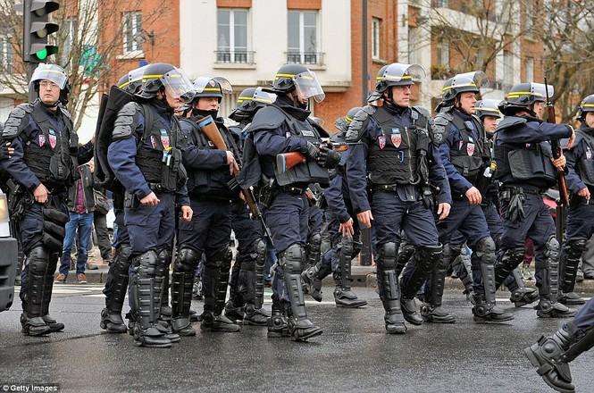 Cận cảnh cuộc giải cứu con tin nghẹt thở ở Pháp - ảnh 21