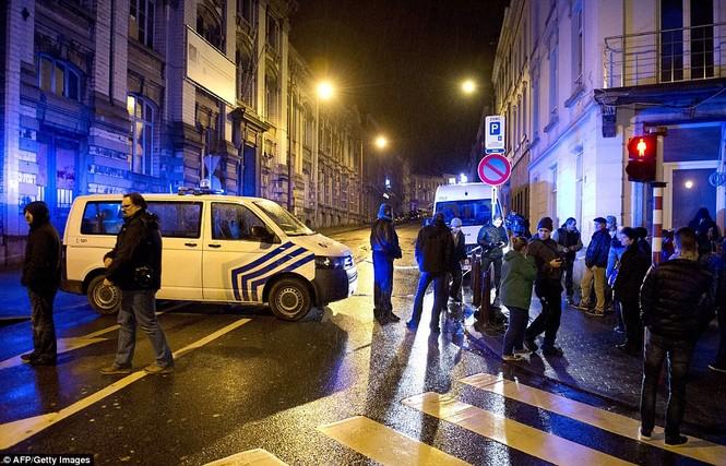 [ẢNH] Hiện trường đấu súng giữa cảnh sát Bỉ với kẻ khủng bố - ảnh 8