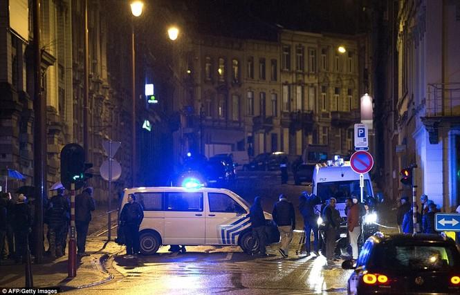 [ẢNH] Hiện trường đấu súng giữa cảnh sát Bỉ với kẻ khủng bố - ảnh 7