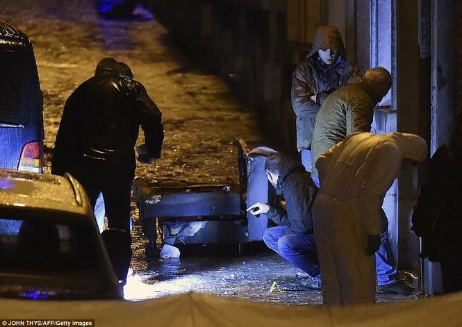 [ẢNH] Hiện trường đấu súng giữa cảnh sát Bỉ với kẻ khủng bố - ảnh 3