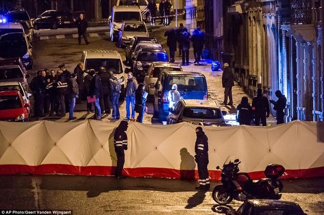 [ẢNH] Hiện trường đấu súng giữa cảnh sát Bỉ với kẻ khủng bố - ảnh 4