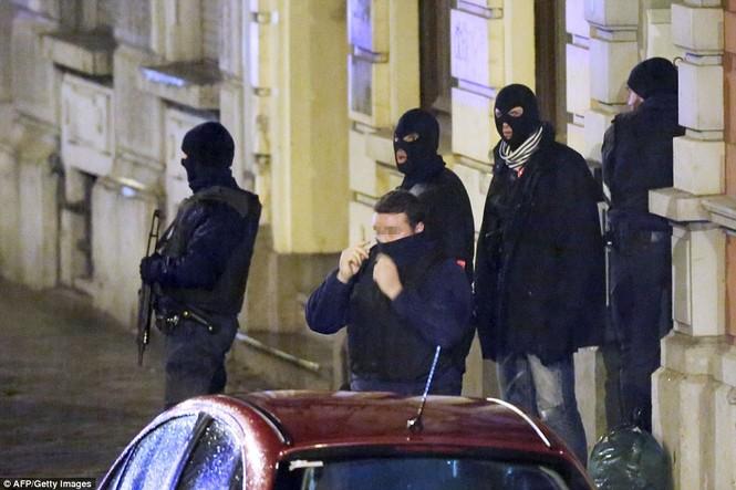 [ẢNH] Hiện trường đấu súng giữa cảnh sát Bỉ với kẻ khủng bố - ảnh 1