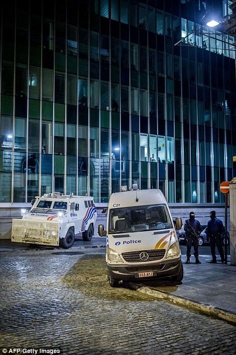 [ẢNH] Hiện trường đấu súng giữa cảnh sát Bỉ với kẻ khủng bố - ảnh 2
