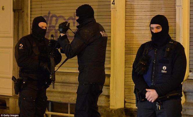 [ẢNH] Hiện trường đấu súng giữa cảnh sát Bỉ với kẻ khủng bố - ảnh 6