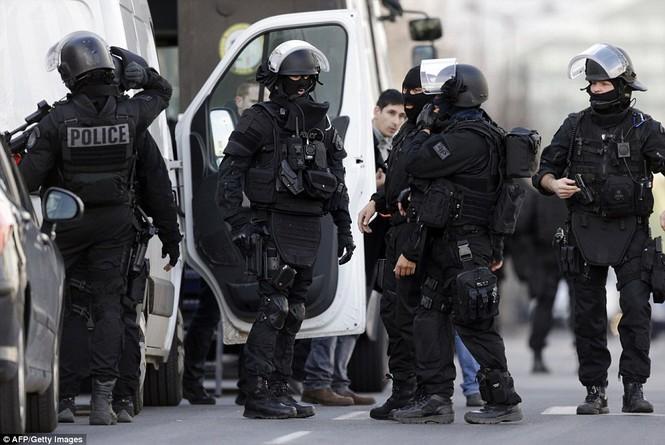 [ẢNH] Cảnh sát Pháp bao vây bưu điện, giải cứu con tin - ảnh 9