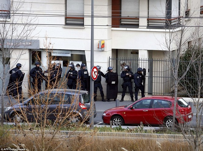 [ẢNH] Cảnh sát Pháp bao vây bưu điện, giải cứu con tin - ảnh 10