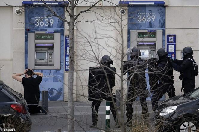 [ẢNH] Cảnh sát Pháp bao vây bưu điện, giải cứu con tin - ảnh 11