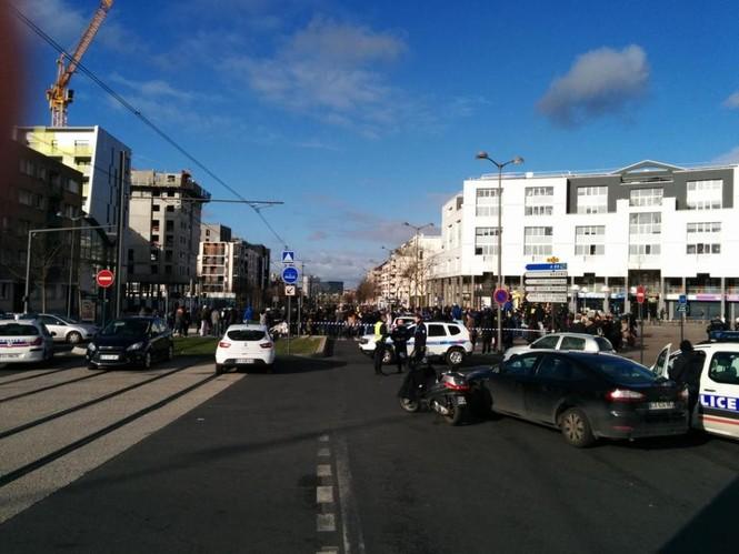 [ẢNH] Cảnh sát Pháp bao vây bưu điện, giải cứu con tin - ảnh 2