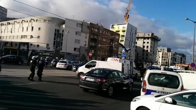 [ẢNH] Cảnh sát Pháp bao vây bưu điện, giải cứu con tin - ảnh 7