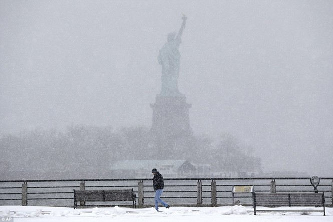 """[ẢNH] Mỹ đối phó với trận bão tuyết """"khủng khiếp nhất lịch sử"""" - ảnh 1"""
