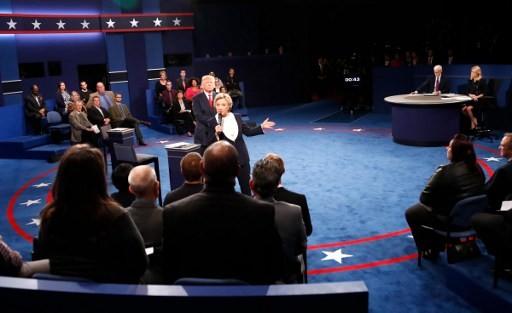 Ảnh ấn tượng trong cuộc tranh luận thứ 2 của Trump và Clinton - ảnh 9