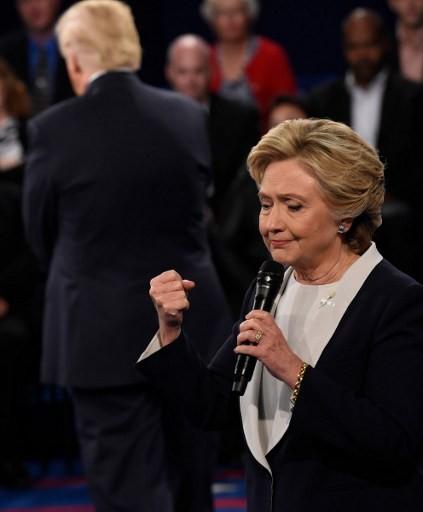 Ảnh ấn tượng trong cuộc tranh luận thứ 2 của Trump và Clinton - ảnh 11
