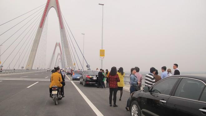 Bát nháo giao thông trên cầu Nhật Tân - ảnh 2