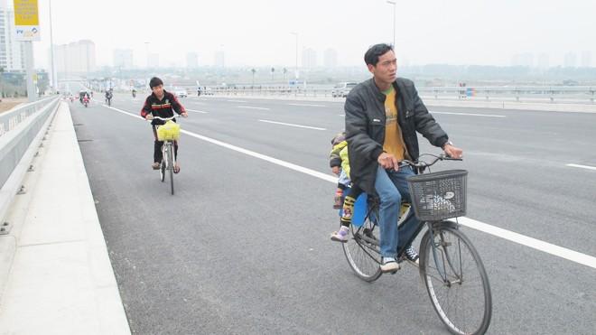 Bát nháo giao thông trên cầu Nhật Tân - ảnh 3