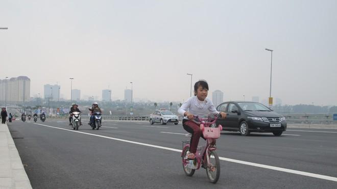 Bát nháo giao thông trên cầu Nhật Tân - ảnh 4