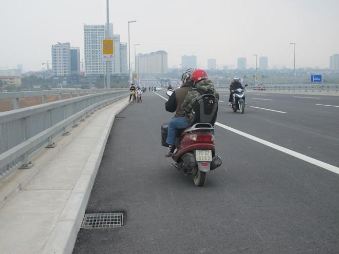 Bát nháo giao thông trên cầu Nhật Tân - ảnh 5