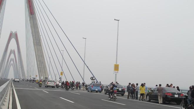 Bát nháo giao thông trên cầu Nhật Tân - ảnh 6